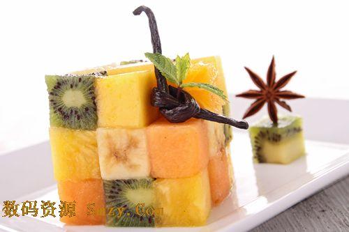 将被不同种类的水果切块摆放成立体魔方的形状,造型完美有创意,所用图片