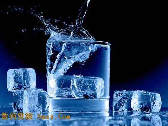 杯冰块高清图片是一张黑色为背景,玻璃杯为主体设计的生活时尚素材