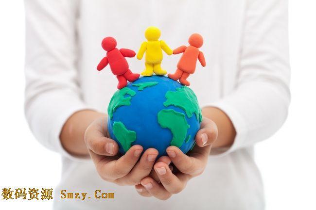 用蓝色球体展示地球,还有三个彩色小人牵手在地球上
