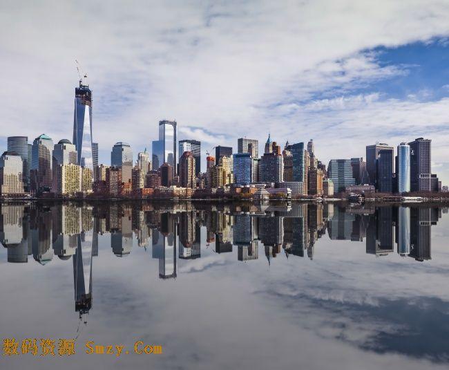 风景蓝天白云建筑倒影高清图片展示的就是建筑群体的景色,在海边城市