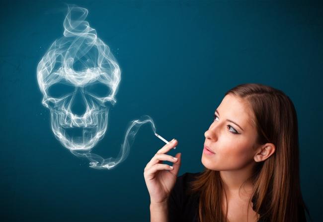女生抽烟烟雾骷髅头图案高清图片展示了一个貌美的长发女子在吸烟