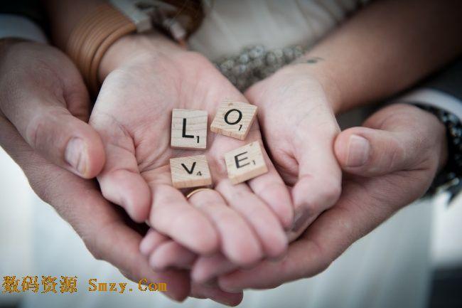 非主流双手托起爱情字样木块高清图片