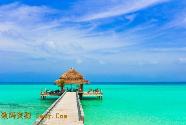 海边蓝天白云背景度假小屋背景高清图片