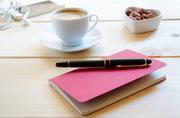 钢笔记事本与咖啡坚果摄影高清图片