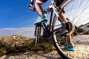 山地环境自行车手人物摄影高清图片