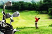 在高尔夫球场上的球包特写高清图片