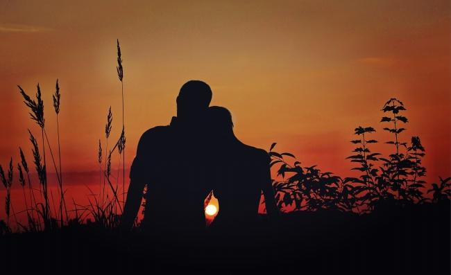 夕阳中的情侣恋人剪影背影高清图片