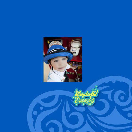 此为儿童摄影模板 快乐美好的一天系列中的第十五张模板,只使用了一张儿童艺术照片,采用蓝色调作为本张儿童摄 影模板背景的主色调,照片中的小宝贝扶着小自行车,露出开心的笑容,十分的可爱,同时加以精美的艺术线条、艺术图案、艺术文字等元素所综合设计而成,详细效果如下面JPG缩略图所示,欢迎下载制作。