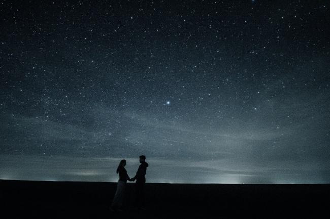 浪漫的情怀很多人都有,而这张情侣牵手星空下背景高清图片可以给你桌面带来更多的色彩,图片中有着漫天明亮的星星,有亮的有不亮的非常唯美,下方站着一堆牵手的情侣,远方还有一抹鱼肚白和漆黑的地平线,整张图片弥漫着浪漫的气息,详细内容请见JPG缩略图,需要可以点击收藏!