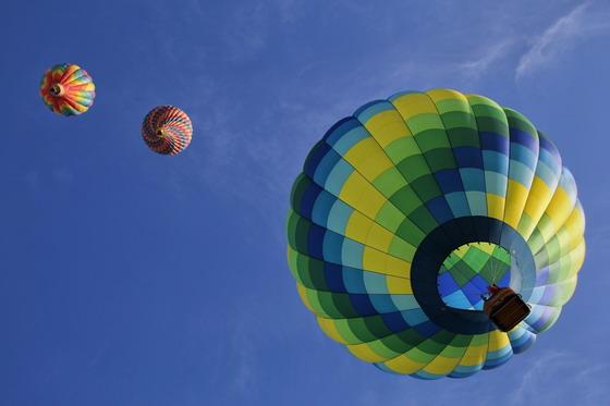 蓝天白云与在空中的热气球高清图片