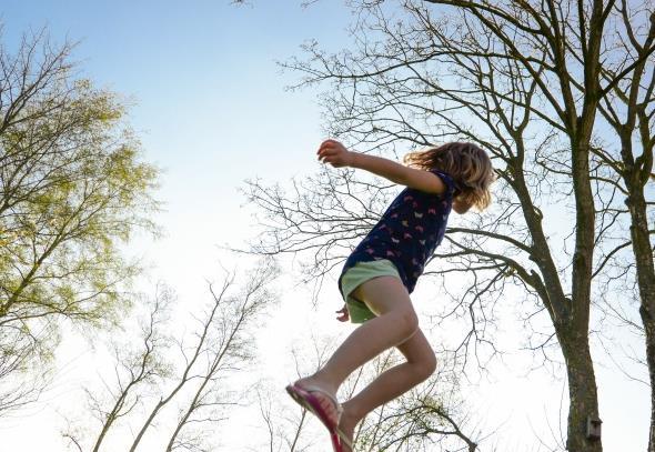 你是一个活泼的女孩吗?活泼的女孩是最可爱的。活泼可爱女孩速写高清图片给设计师们显示了一位可爱活泼的女孩在快乐的玩耍,跳跃起来似乎要飞到树枝上了,零散的树木正好陪伴着女孩,是女孩的童年过得特别有趣,使女孩度过一个快乐美好的童年,在长大以后将会是最美好的回忆,具体内容还见缩略图!