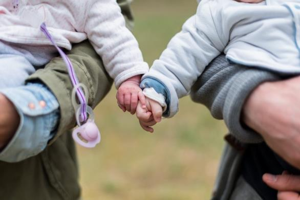 可爱宝宝牵手精美大图