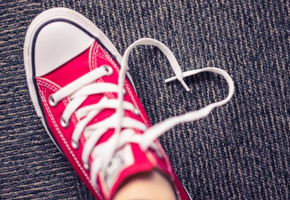 不管男生还是女生,夏天最喜欢也是最经常穿的鞋是什么类型的鞋呢?当然是休闲板鞋了。红色休闲板鞋高清图片中一双红色的休闲鞋,鞋带白白的,没有一点污垢,穿鞋的人肯定也是一位爱干净的人士,图中的休闲鞋是平底的鞋,鞋子更是我们生活中的必需品,你看了这张图片,是不是也想体验一下休闲板鞋呢?
