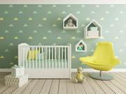婴儿床椅子与地板上的礼盒高清图片
