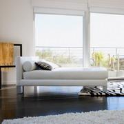 房间里的一张单人床等家具高清图片