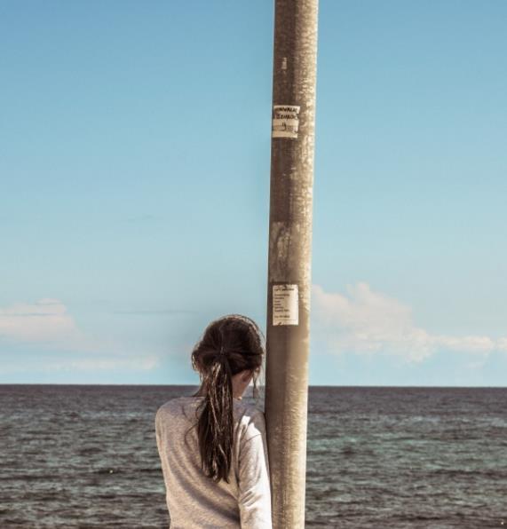 女孩看海背影精美大图