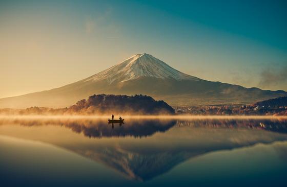 富士山与平静湖面风景摄影高清图片