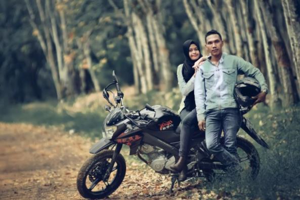 浪漫情侣骑摩托车高清图片