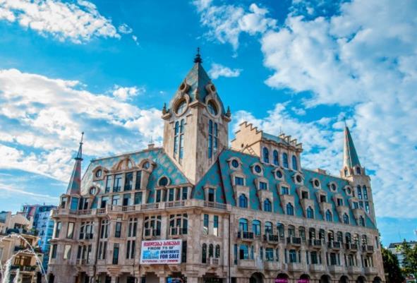 你喜欢国外的建筑物吗?你经常观看建筑物吗?俄罗斯格鲁吉亚建筑高清素材为大家介绍的是国外俄罗斯的宏伟建筑,国外的建筑物顶端大多是尖尖的建筑物,这个格鲁吉亚也是一样的,只不过建筑物的窗户是别致的,这样的设计是我国所没有的,有着蓝天白云的陪衬,显得这些宏伟的建筑物是那么的高大,你羡慕这样的建筑景观吗?