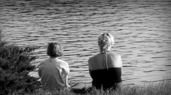 湖边黑白人物背影精美图片