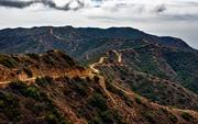 崇山峻岭上的蜿蜒小路风光摄影图片