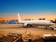 集装箱货场与在停机坪上的飞机图片