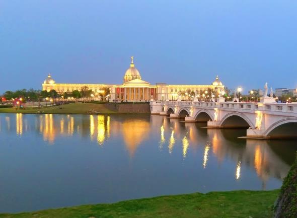 使建筑物的倒影映射在水中,形成最美丽的风景画,灯光辉煌的照射着