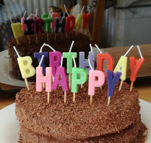 你喜欢吃巧克力吗?喜欢吃的朋友你们有福了。巧克力双层蛋糕精美大图展示了双层的生日蛋糕,上面铺满了密密麻麻的巧克力颗粒,看着味道特别的好,上面还用奶油拼着生日快乐的字样,特别的新颖可爱,肯定会得到所有人的喜爱的,如果你是蛋糕店的老板,可以用来做宣传,让你的生意越来越好。