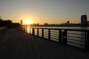 城市河边木桥夕阳美景摄影图片