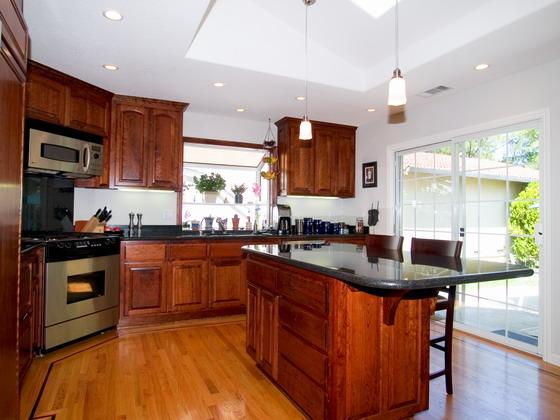 这张厨房操作台与橱柜实景摄影高清图片中风格比较奢华,地板是实木的,橱柜也是,操作台也很精致,一看主人是爱好烹饪的,喜欢这张图片的网友可以点击下载收藏,具体效果还请见下面的JPG缩略图。