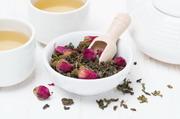 玫瑰花与茶叶近景特写摄影高清图片