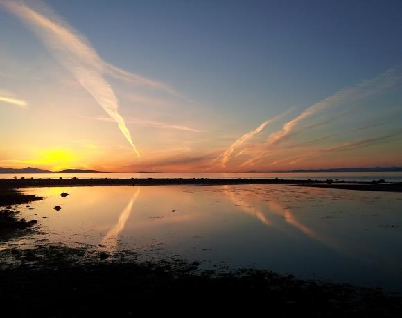你去过加拿大的温哥华吗?见识过温哥华的日落景象吗?温哥华的日落风景高清素材为你述说了日落时的景色,唯美的景色浮现在图中,天空中出现了火烧云的独特景象,湖面上还有天空中火烧云的影子,湖面就像一面镜子似的在记录着日落的一举一动,唯美的天空是那么的美丽。远处的美丽等你来感觉哦!