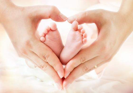 宝宝小脚丫与心形手势特写摄影图片