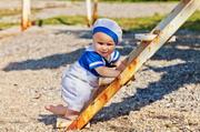 站在梯子旁的可爱宝宝摄影高清图片