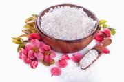 红色花朵与在木碗里的浴盐高清图片